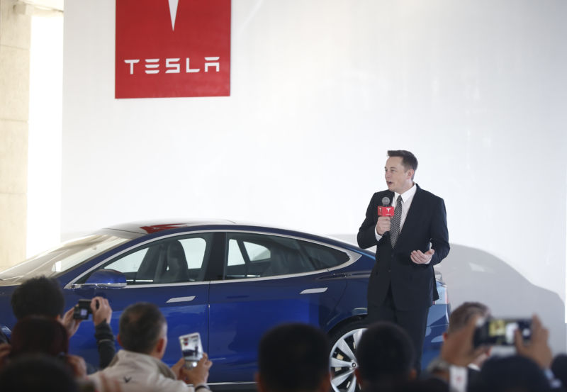 Илон Маск: пока что мы не будем продавать базовую версию Model 3 - 1
