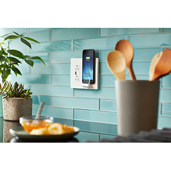 Настенная розетка Legrand Radiant Wireless Charger умеет заряжать смартфоны беспроводным путем