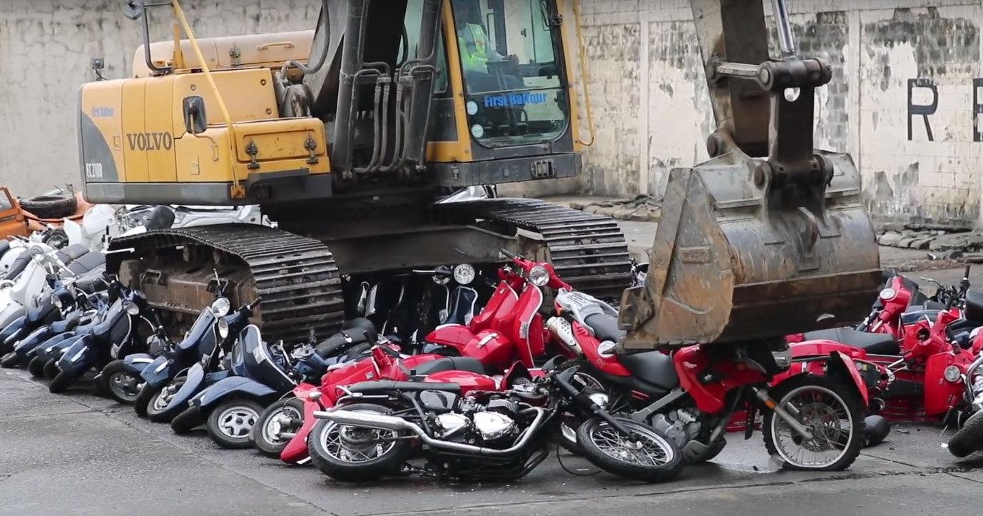 Экскаватор уничтожил сотню мотоциклов