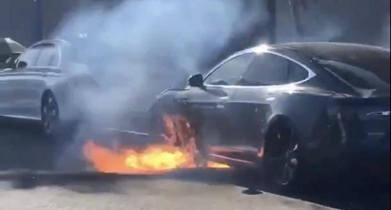 Автомобиль Tesla Model S известного режиссёра воспламенился просто во время движения