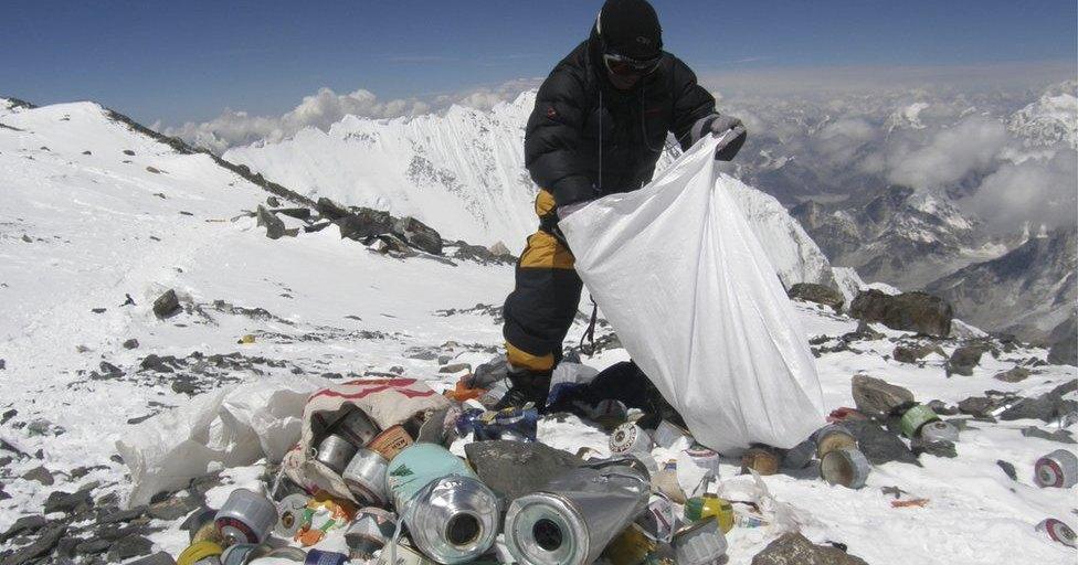 Эверест превращается в высокогорную свалку