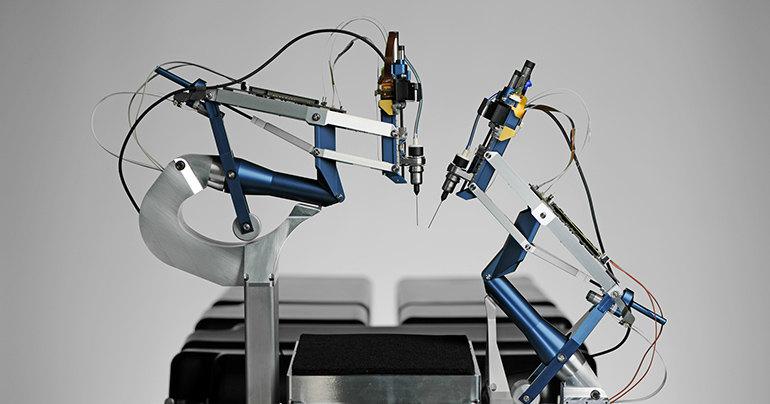 Робот впервые прооперировал глаз человека