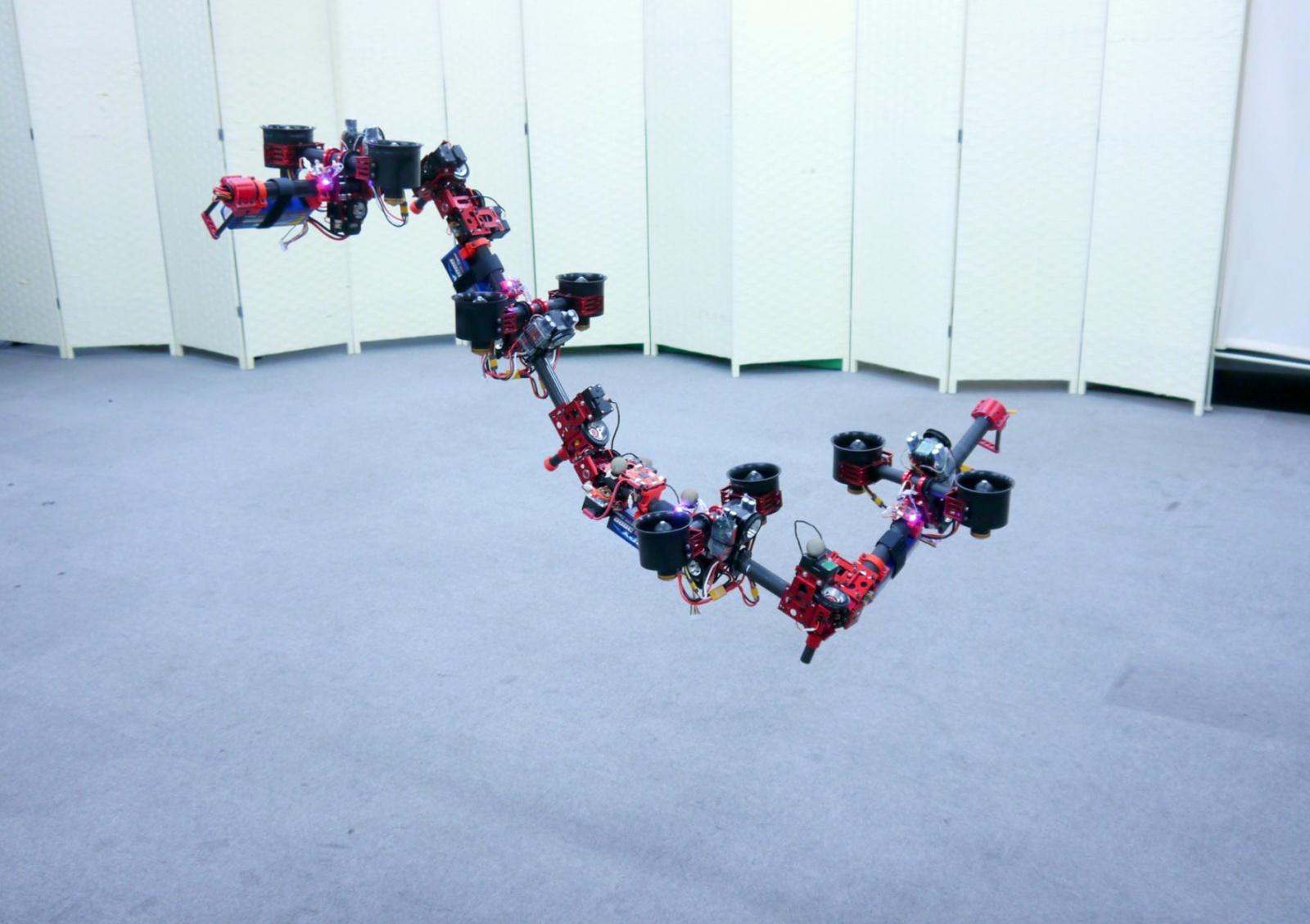 Летающий робот меняет форму в воздухе - 1