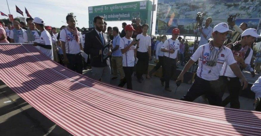 В Камбодже связали самый длинный шарф в мире