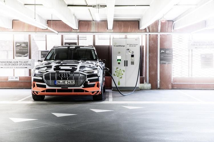 Рассекречен высокотехнологичный интерьер кроссовера Audi e-tron
