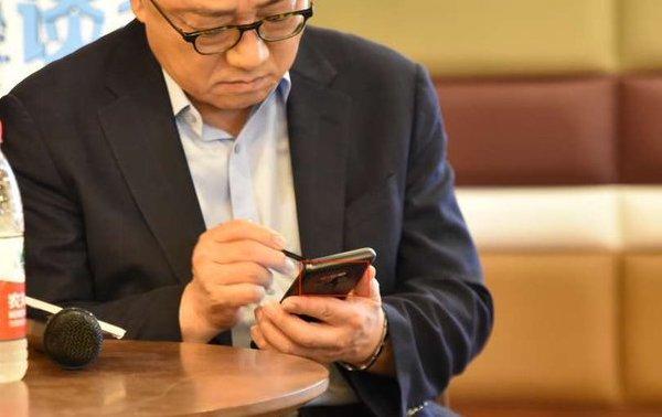 Смартфон Galaxy Note9 попался в объектив камеры в руках лидера Samsung Mobile