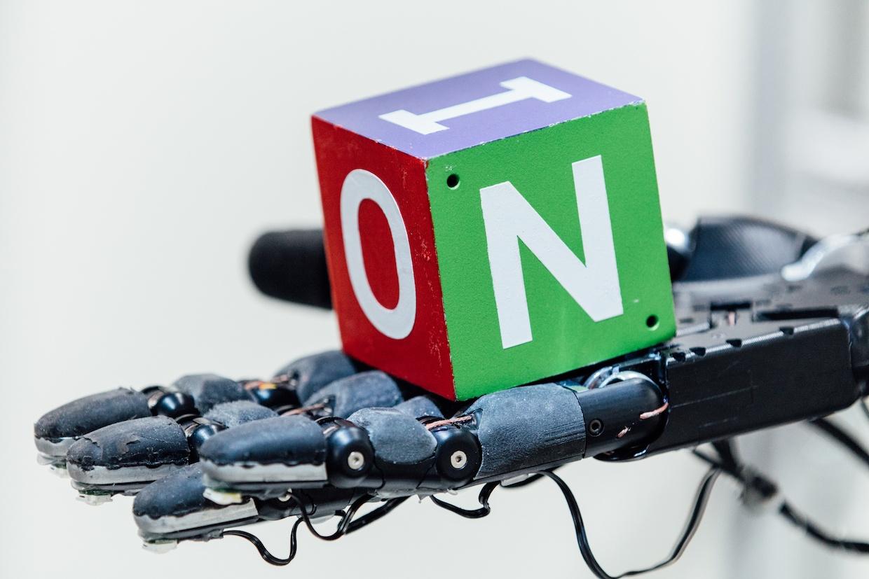 OpenAI демонстрирует перенос сложных манипуляций из симуляций в реальный мир - 1