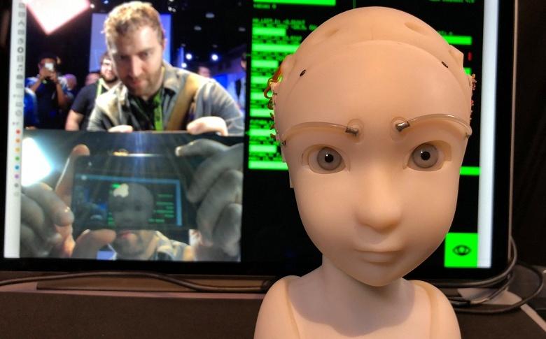 Робот SEER поддерживает зрительный контакт с людьми