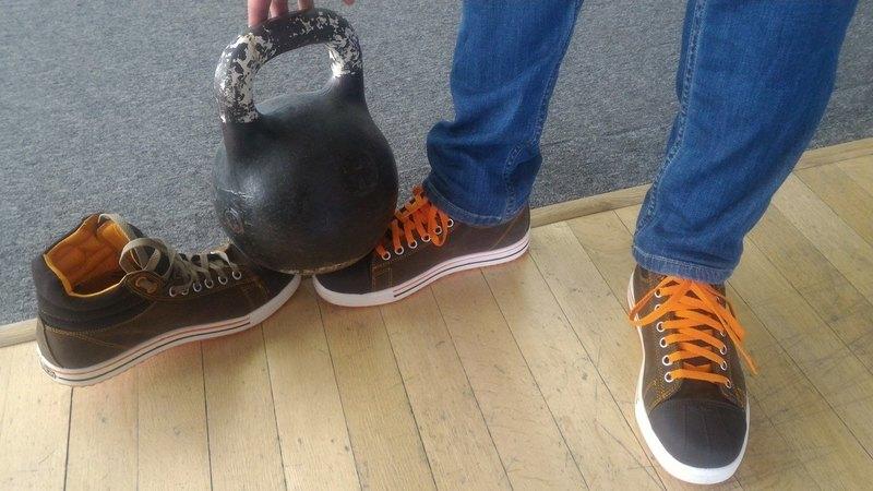 Работники АВТОВАЗа получили стильные кеды с секретом (фото)