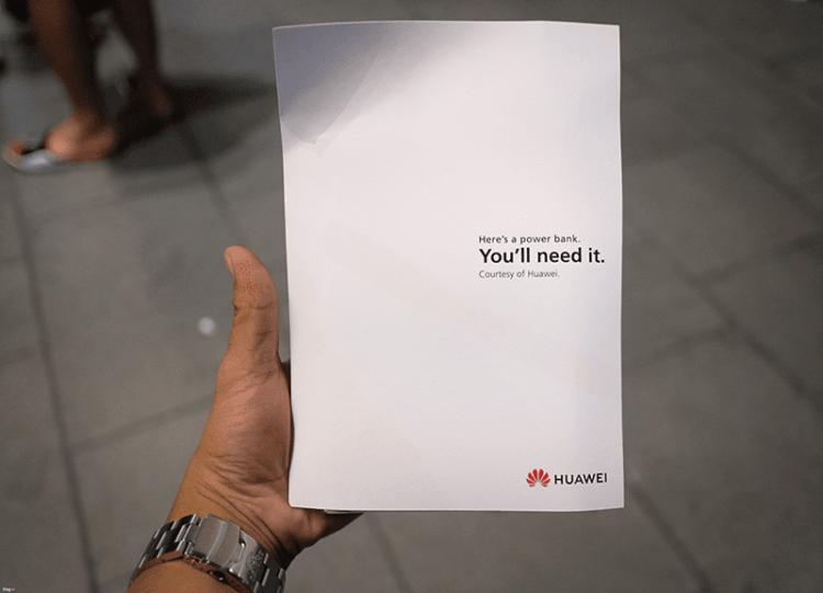 Huawei вновь потроллила Apple, подарив стоящим в очереди за iPhone XS и XS Max резервные аккумуляторы