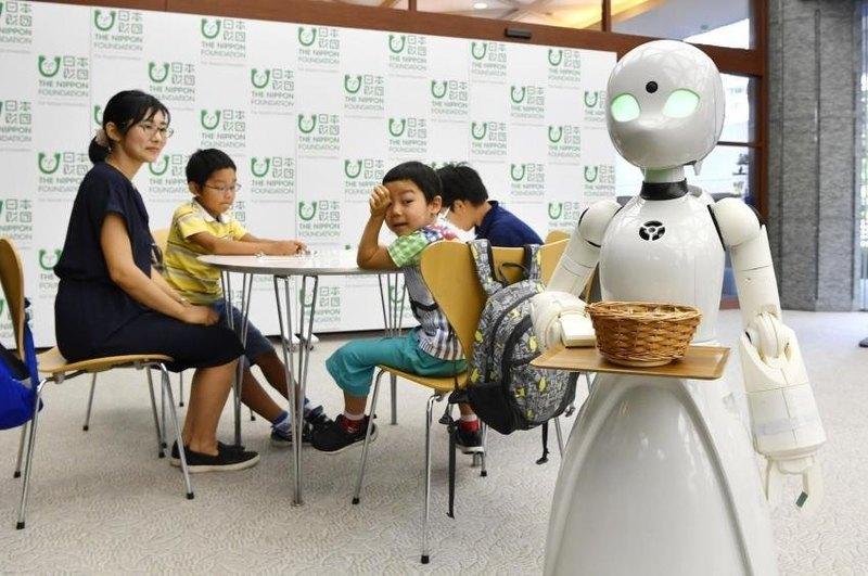 Роботы-официанты, управляемые людьми с ограниченными возможностями