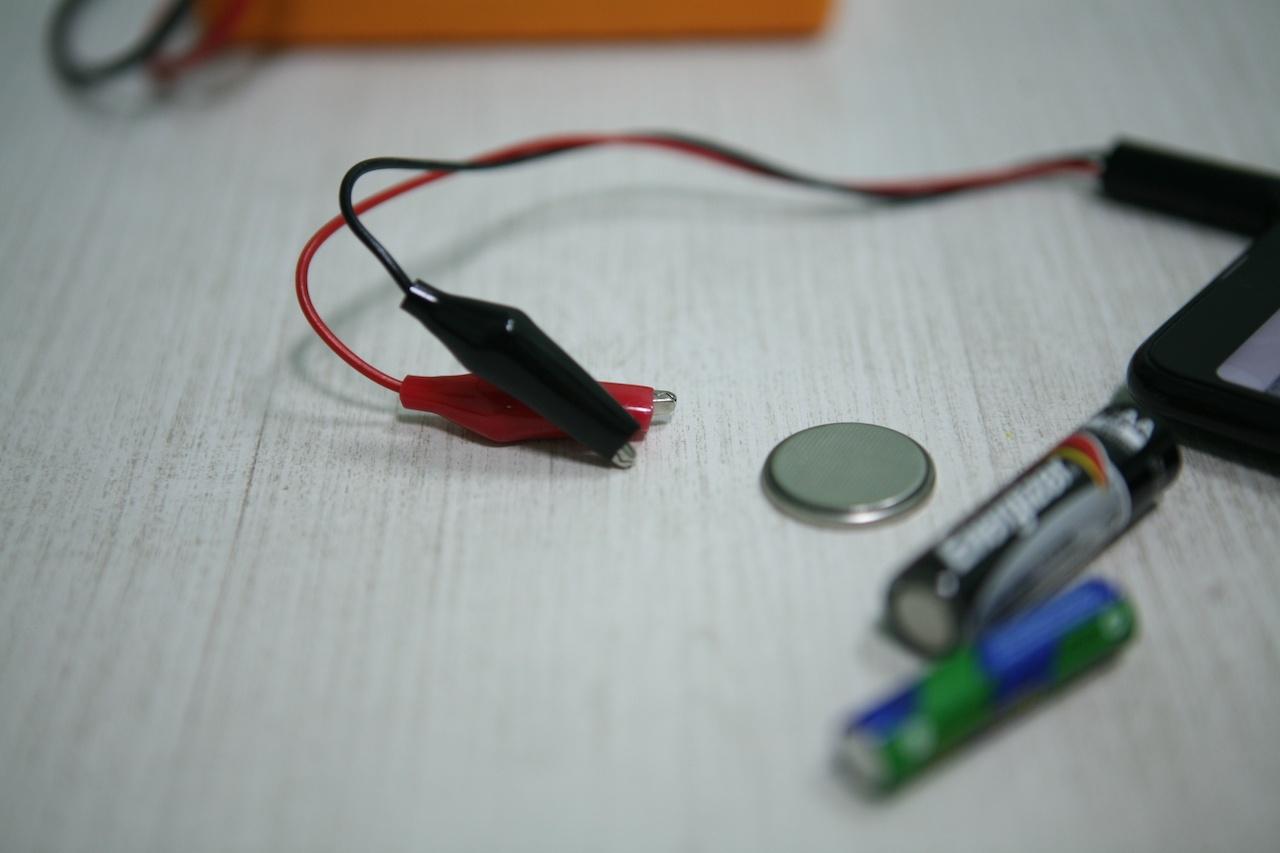 Вольтметр для батареек: карманный гаджет для смартфона с «крокодильчиками» - 2