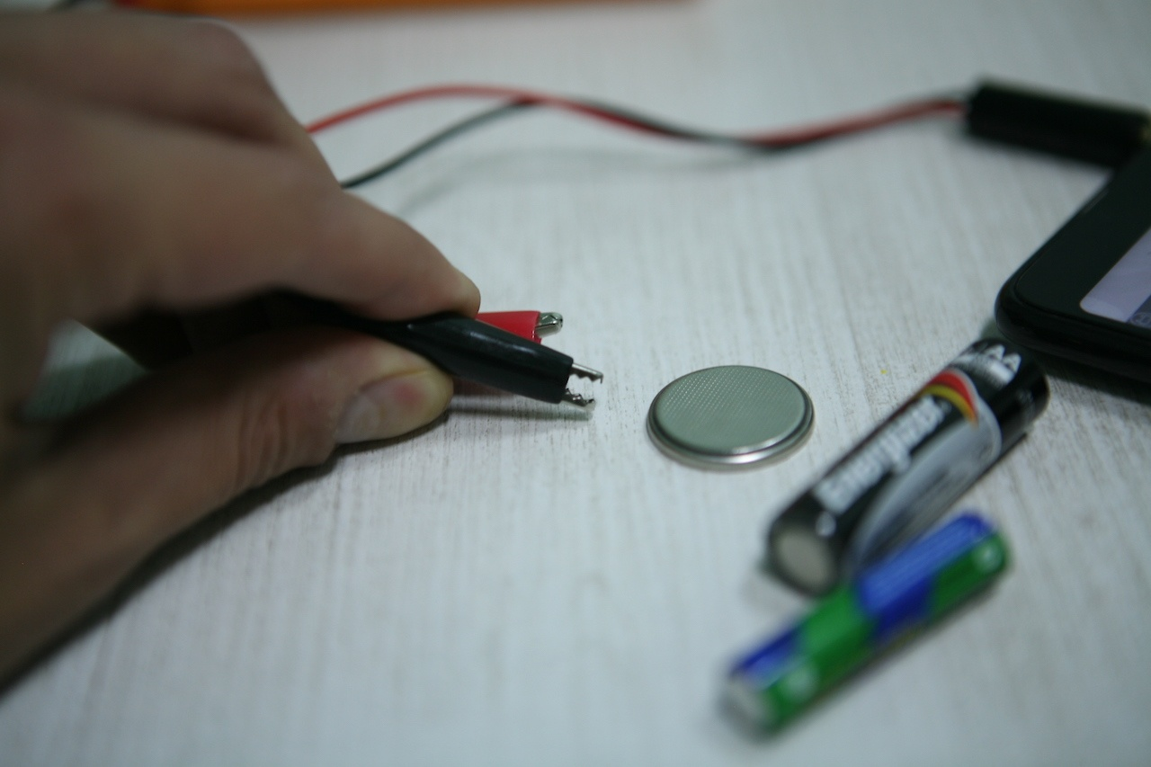 Вольтметр для батареек: карманный гаджет для смартфона с «крокодильчиками» - 8