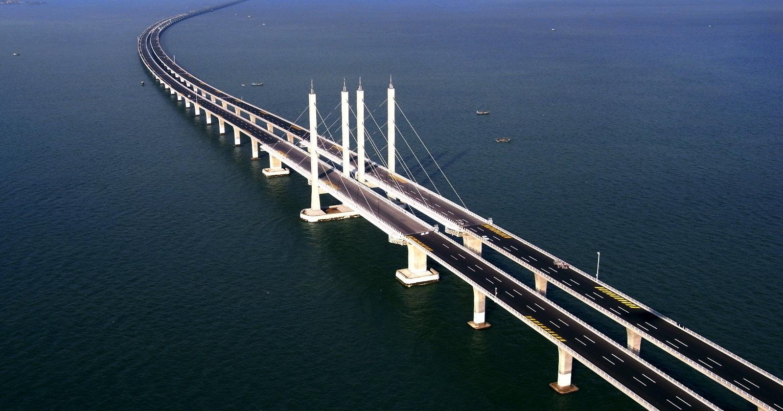 70-летний мост прогнулся под автобусом, но не упал (видео)