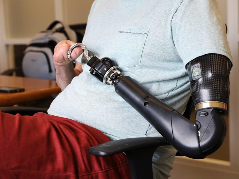 Бионические конечности учатся открывать пиво - 1