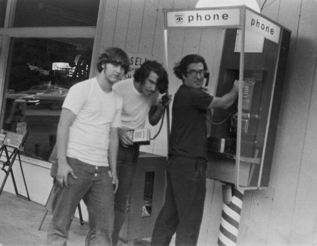 """Bob Gudgel, Jay Dee Pritchard, и John """"Captain Crunch"""" Draper с bluebox,используемом для обмана телефонной системы для совершения бесплатных звонков, во время поездки в Duvall, Washington, 1971. Фото Bob Gudgel"""
