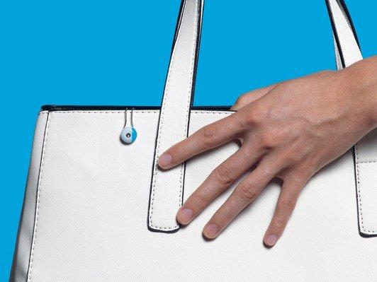 L'Oreal My Skin Track UV — крошечное носимое устройство, определяющее уровень УФ-излучения и не требующее питания