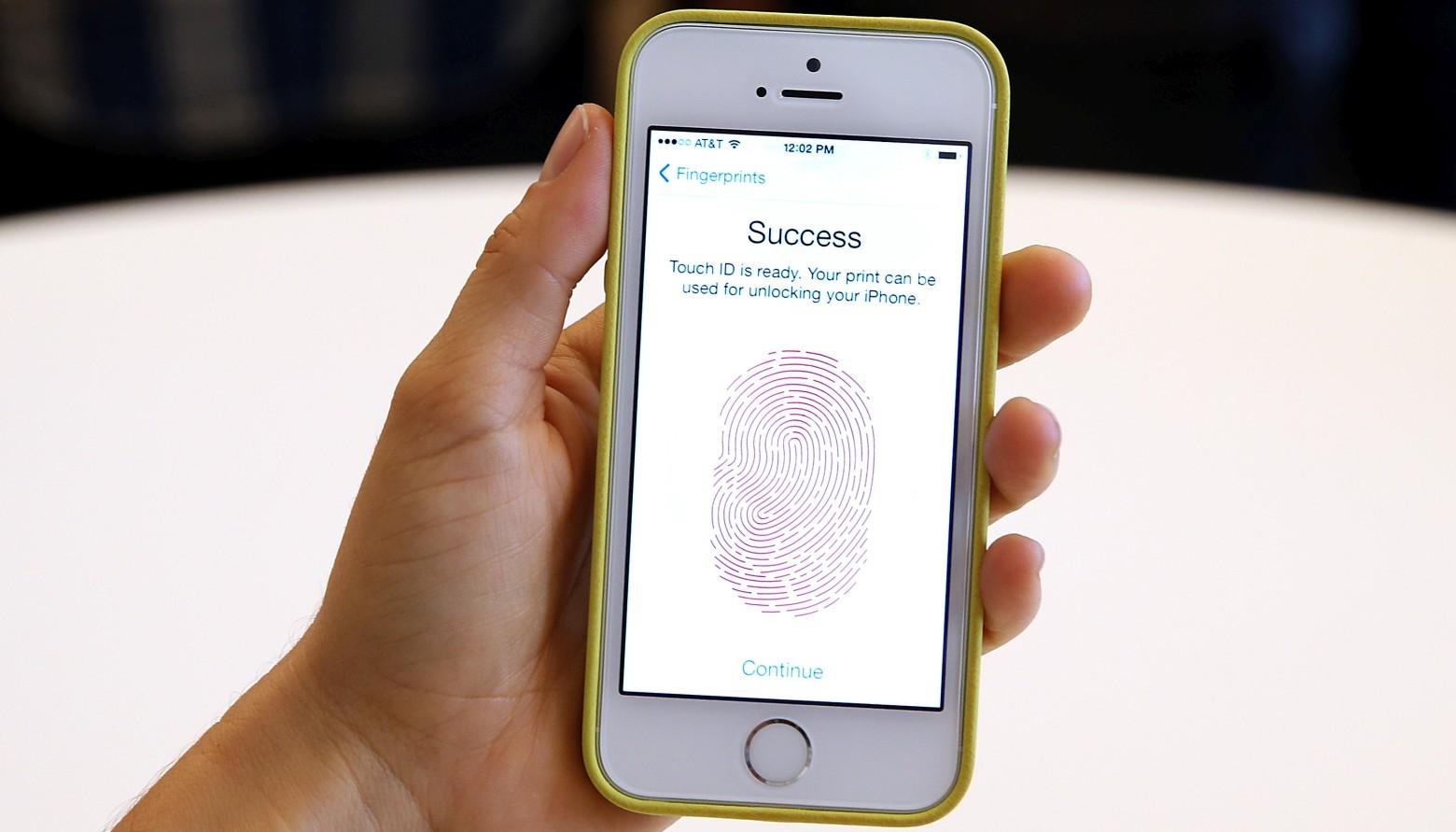 Решение суда США: власти не имеют права заставлять человека разблокировать телефон пальцем или лицом - 1