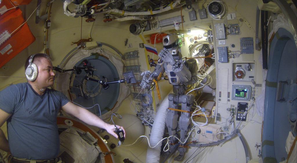 Робот FEDOR — много фото и даже видео с МКС, подготовка космонавта-оператора и первые испытания робота - 21