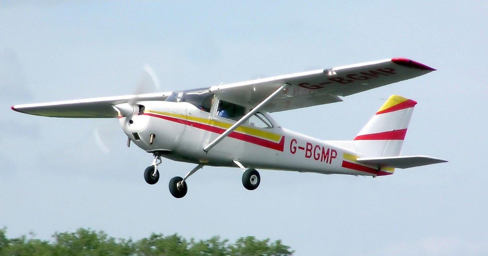 В США летящий самолет столкнулся с автомобилем