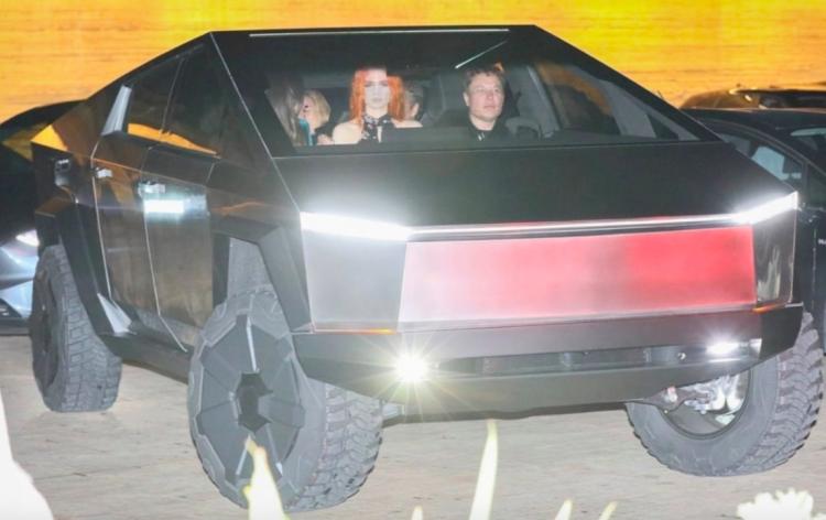 Видео: Илона Маска заметили за рулём Tesla Cybertruck на дорогах Лос-Анджелеса