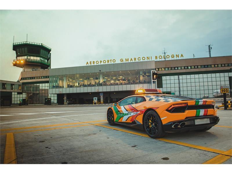 На работу в итальянский аэропорт поступил новый Lamborghini - 3