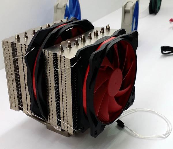 На стенде DeepCool вентиляторы были показаны отдельно и в составе процессорного охладителя