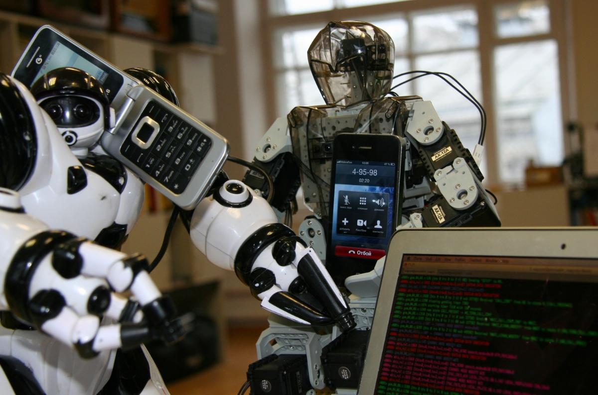 Роботы разговаривают у ноутбука