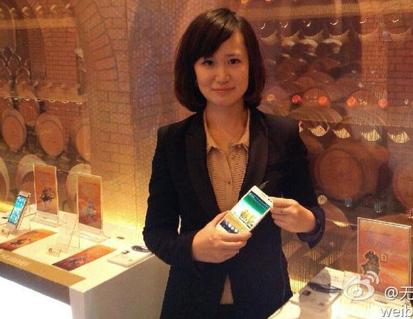 В руках китаянки — Huawei Ascend D2
