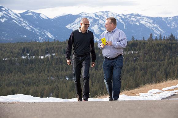 Стивен Элоп (на снимке - справа) продолжит работу в качестве исполнительного вице-президента Microsoft Devices Group