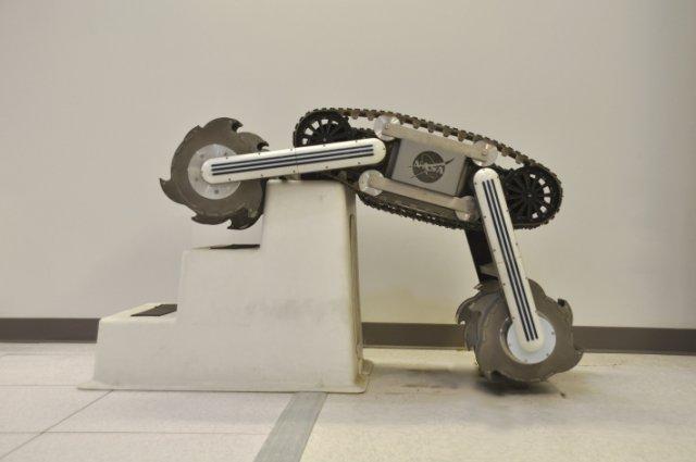 NASA испытывает робота копателя для исследования Луны