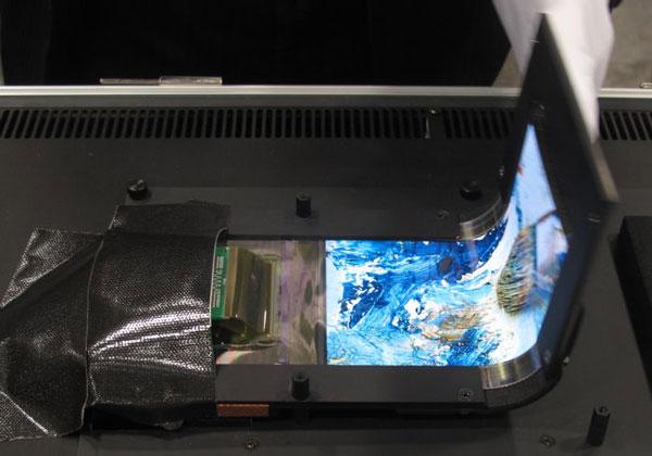 Радиус изгиба дисплея OLED «книжкой» составляет 2 мм, «гармошкой» — 4 мм