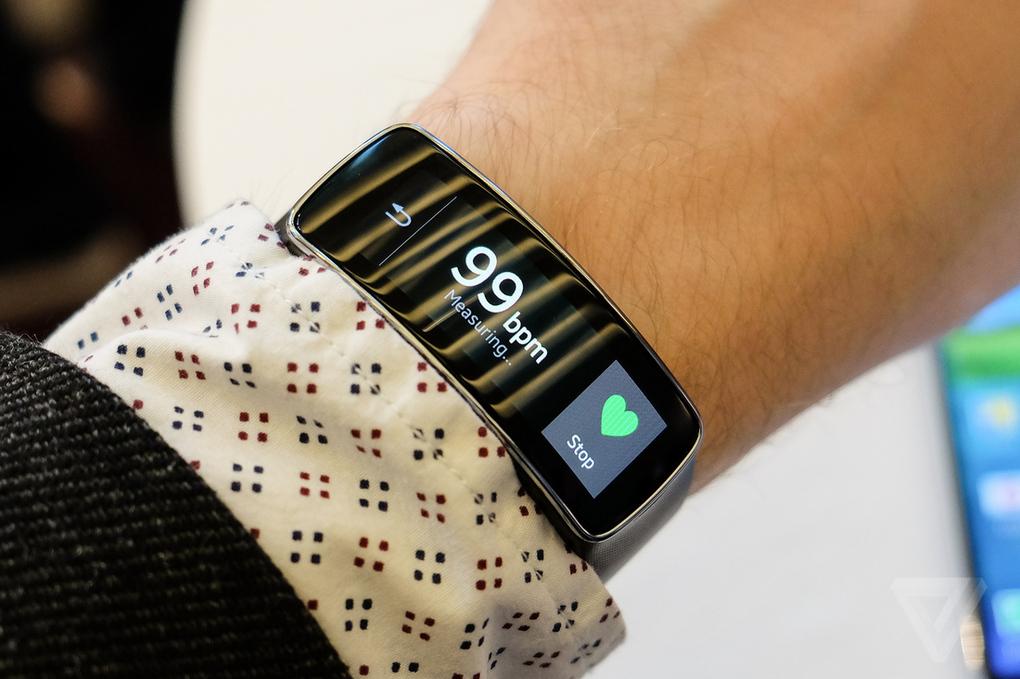 Samsung представила фитнес браслет Gear Fit на #MWC2014