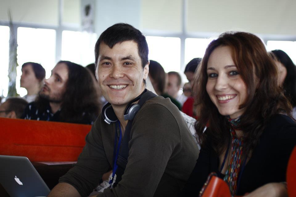 Радостные представители партнеров — Чингис Баринов и Алена Фомина