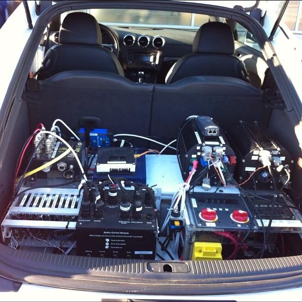 Беспилотный автомобиль попытался обогнать профессионального гонщика