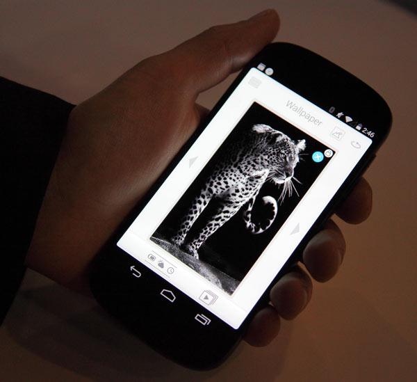 Фото с MWC 2014: смартфон YotaPhone второго поколения с двумя экранами