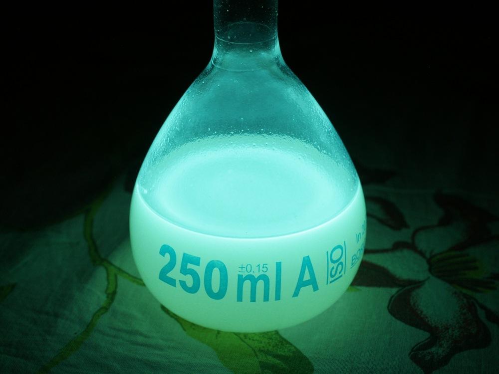 Хемилюминесценция люминола / что внутри «светящихся палочек»?