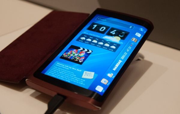 Прототип устройства с экраном, заходящим на боковую грань, был показан Samsung примерно год назад