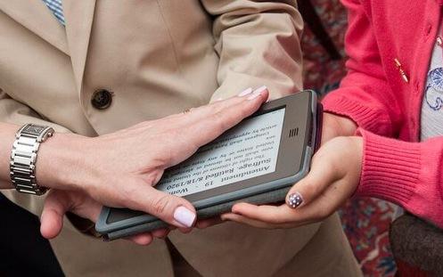 Левин приняла присягу на цифровой копии Конституции США