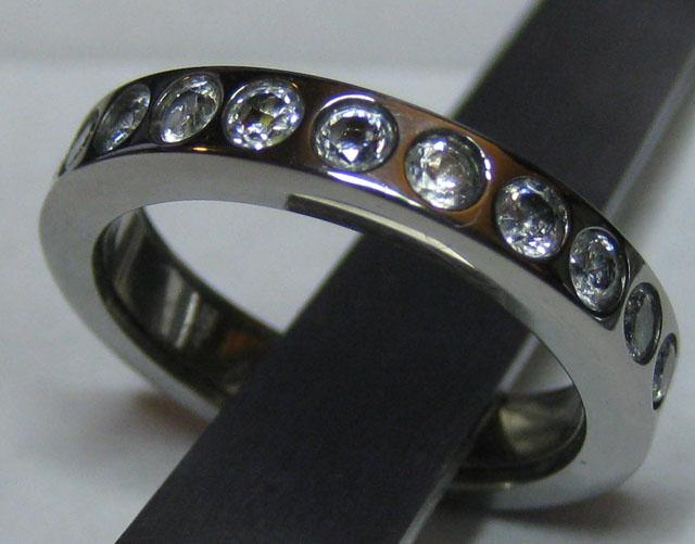 Обручальное кольцо светится, если взять за руку
