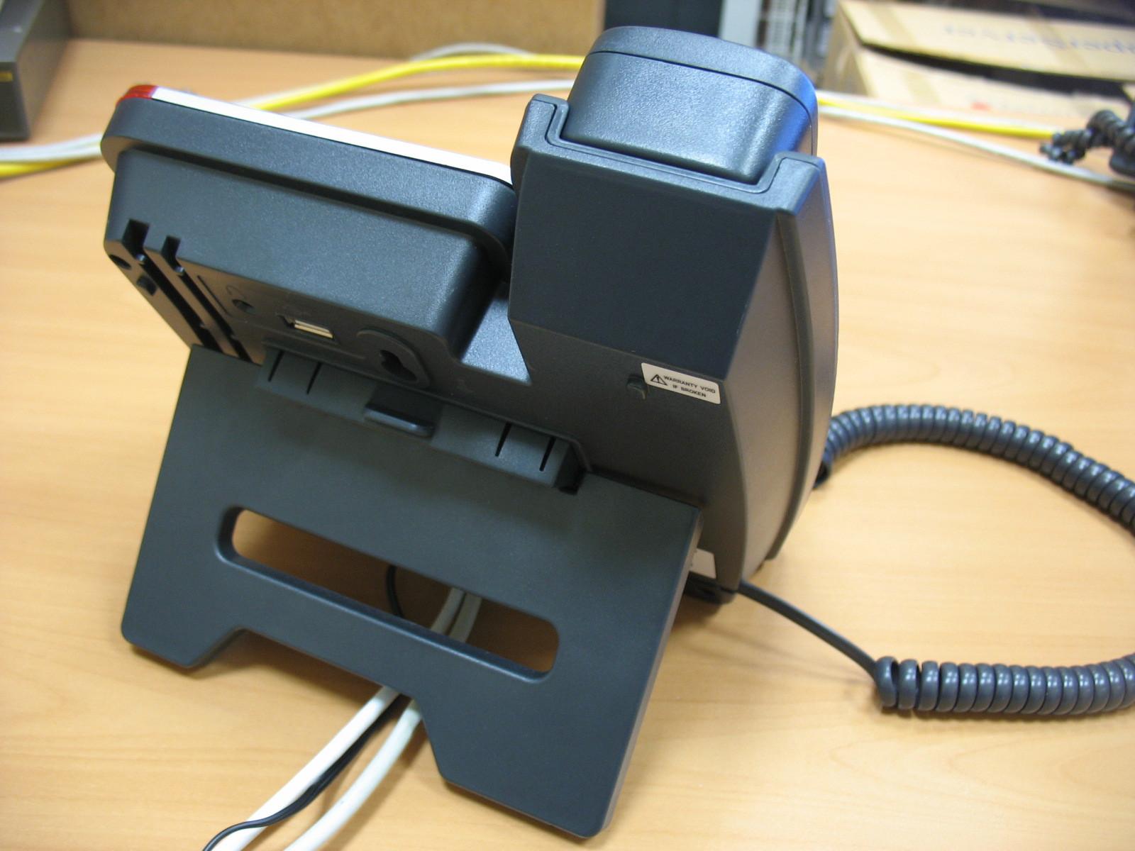 Телефон с подключенными проводами.