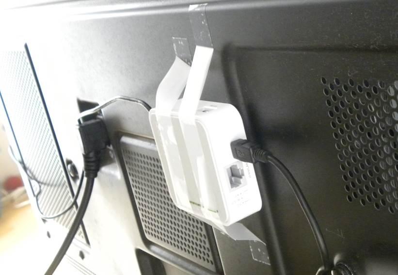 Переделанное устройство на телевизоре вблизи с роутером