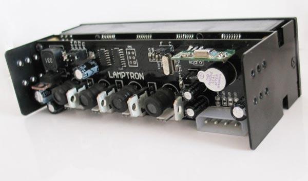 Дисплей Lamptron FC10 может показывать температуру, напряжение или скорость вращения