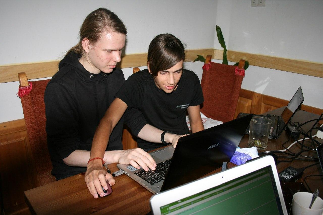 Выездная школа программирования: что можно сделать со студентами за три дня в тёмном лесу