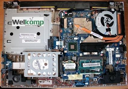 Ноутбук Lenovo в разобранном состоянии для проведения модернизации мастером
